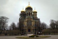 LIEPAJA LETTLAND - mars, 2017: Den guld- kupolformiga Sten Nicholas Cathedral i Liepaja royaltyfri bild