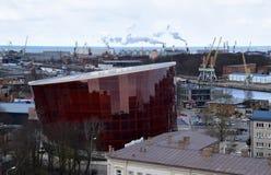 Liepaja Lettland, 15 mars, 2018 Stor bärnstensfärgad ` Liepaja för modern konserthall`, Fotografering för Bildbyråer