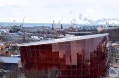 Liepaja Lettland, 15 mars, 2018 Stor bärnstensfärgad ` Liepaja för modern konserthall`, Royaltyfri Fotografi