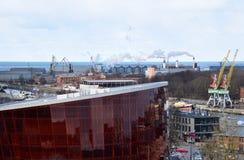 Liepaja Lettland, 15 mars, 2018 Stor bärnstensfärgad ` Liepaja för modern konserthall`, Royaltyfria Foton