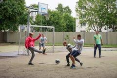 LIEPAJA, LETTONIA - 25 LUGLIO 2016: Anni dell'adolescenza felici che giocano a calcio o Fotografia Stock