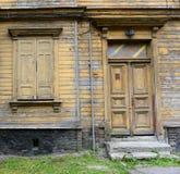 LIEPAJA, LETTONIE - 25 JUILLET 2013 : Vue de la rue avec en bois Image stock