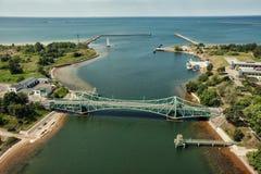Liepaja stadsbro och trafics och bilar för blåtthavsAutumn Drone flyg över Arkivfoton