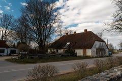 LIEPUPE,拉脱维亚- 2019年4月13日:美好的晴朗的春天天气的老中世纪房子Jasmini与天空蔚蓝和云彩 免版税库存图片