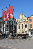 LIER, BELGIEN - APRIL 2016: Flaggen mit Stadtlogo auf dem zentralen Marktplatz stockfotografie