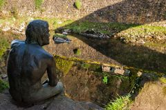 Lierganes, Cantabria, Hiszpania 05-25-2019 Zabytek mężczyzna ryba Monumento al hombre Pez Rzeczny Miera Mitologia Cantabria obraz stock