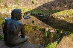 Lierganes, Kantabrien, Spanien 05-25-2019 Monument zu den Mann-Fischen Monumento-Al hombre Pez Fluss Miera Mythologie von Kantabr stockbild