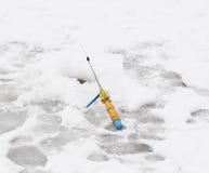 lies för fiskeis bara blockerade vinterzander Royaltyfria Foton