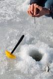 lies för fiskeis bara blockerade vinterzander Arkivfoton