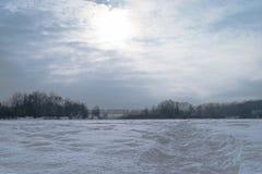 lies för fiskeis bara blockerade vinterzander Arkivfoto