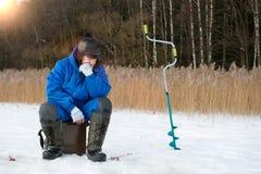 lies för fiskeis bara blockerade vinterzander Det väntande på låset för man på vinterförkylningdagen royaltyfria foton