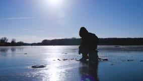 lies för fiskeis bara blockerade vinterzander Fiskare på en sjö på den soliga dagen för vinter stock video