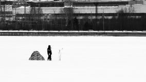lies för fiskeis bara blockerade vinterzander Isfiskarefiske i vintern på floden Fotografering för Bildbyråer