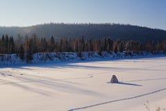 lies för fiskeis bara blockerade vinterzander Tält taiga, skog som är lös Det Urals landskapet Royaltyfri Fotografi