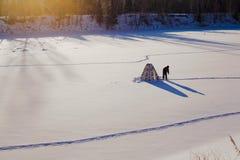 lies för fiskeis bara blockerade vinterzander Tält taiga, skog som är lös Det Urals landskapet Royaltyfri Bild
