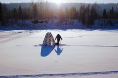 lies för fiskeis bara blockerade vinterzander Tält taiga, skog som är lös Det Urals landskapet Arkivfoto