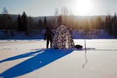 lies för fiskeis bara blockerade vinterzander Tält taiga, skog som är lös Det Urals landskapet Fotografering för Bildbyråer