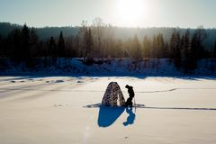 lies för fiskeis bara blockerade vinterzander Tält taiga, skog som är lös Det Urals landskapet Arkivbilder