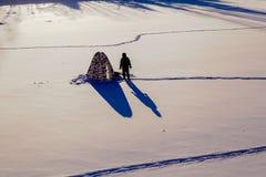 lies för fiskeis bara blockerade vinterzander Tält taiga, skog som är lös Det Urals landskapet Arkivfoton