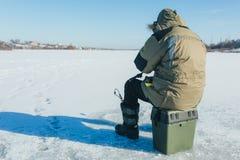 lies russia transbaikalia för fiskfiskeis bara blockerade vinter lies för fiskeis bara blockerade vinterzander royaltyfri fotografi