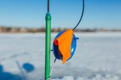 lies russia transbaikalia för fiskfiskeis bara blockerade vinter lies för fiskeis bara blockerade vinterzander royaltyfri foto