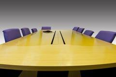 Lieu de réunion avec la table en bois Photo stock