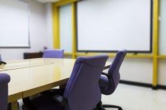 Lieu de réunion avec la table en bois, intérieur de bureau Photo libre de droits