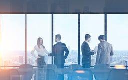 Lieu de réunion de membres de l'équipe d'affaires, ville photos stock