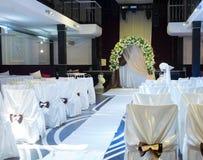 Lieu de rendez-vous de mariage avec une tonnelle nuptiale et des chaises Images stock