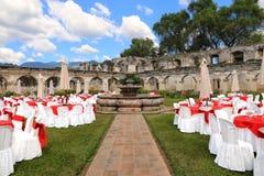 Lieu de rendez-vous extérieur de mariage en ruines de couvent de Santa Clara, Antigua Guatemala Photo stock