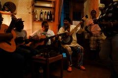 lieu de rendez-vous local de musique où la bande joue les chansons typiques de morna toute la nuit avec une danse locale de femme images libres de droits