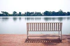Lieu de repos public avec le banc Photo libre de droits