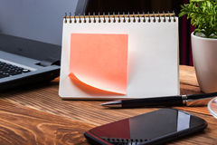 Lieu de travail à la maison avec l'ordinateur, bloc-notes vide, fin de l'espace de copie  Photographie stock