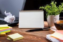 Lieu de travail à la maison avec l'ordinateur, bloc-notes vide, fin de l'espace de copie  Photographie stock libre de droits