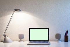 Lieu de travail à la maison moderne avec l'ordinateur Images stock