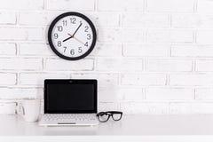 Lieu de travail à la maison ou dans le bureau - ordinateur portable moderne, verres, tasse de Images stock