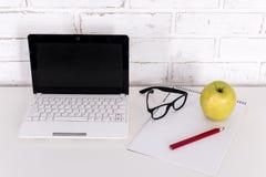 Lieu de travail à la maison ou dans le bureau - ordinateur portable, verres et note modernes Images libres de droits