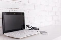 Lieu de travail à la maison ou dans le bureau - ordinateur portable, verres et smar modernes Photo stock