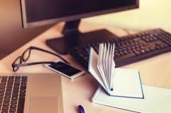 Lieu de travail à la table dans le bureau Photographie stock libre de droits