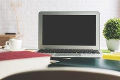 Lieu de travail élégant avec l'écran vide d'ordinateur portable Image stock