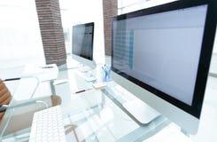 Lieu de travail élégant avec l'ordinateur dans le bureau moderne Images libres de droits