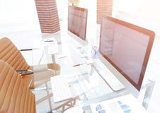 Lieu de travail élégant avec l'ordinateur dans le bureau moderne Photo libre de droits