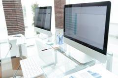 Lieu de travail élégant avec l'ordinateur dans le bureau moderne Photos libres de droits