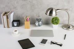 Lieu de travail avec des appareils électroniques Image stock