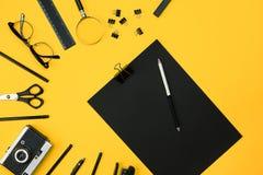 Lieu de travail avec des articles de bureau et des éléments d'affaires sur un bureau escroc Image stock