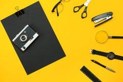 Lieu de travail avec des articles de bureau et des éléments d'affaires sur un bureau escroc Images stock