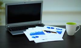 Lieu de travail avec des diagrammes d'affaires Photographie stock libre de droits