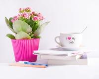 Lieu de travail avec des livres de fleur et une tasse de café avec le texte Photos stock