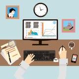 Lieu de travail avec des mains et Infographic dans l'appartement Photographie stock