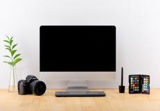 Lieu de travail avec des pots d'ordinateur et de fleur dans le bureau moderne Photo stock